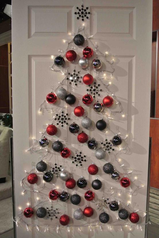 Vianočný stromček na dverách vyrobený z vianočných ozdôb