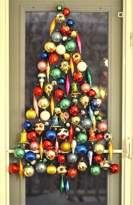Vianočný stromček na okne vyrobený z vianočných ozdôb