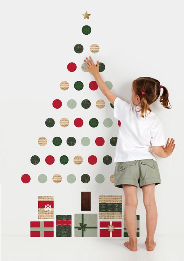 Vianočný stromček pre deti vyrobený z farebných lepiacich papierikov