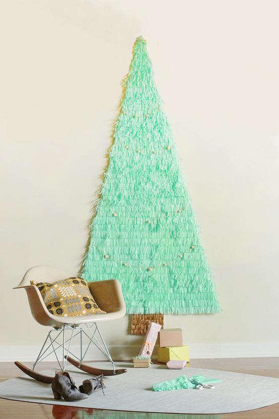 Vianočný stromček na stene vyrobený z papiera