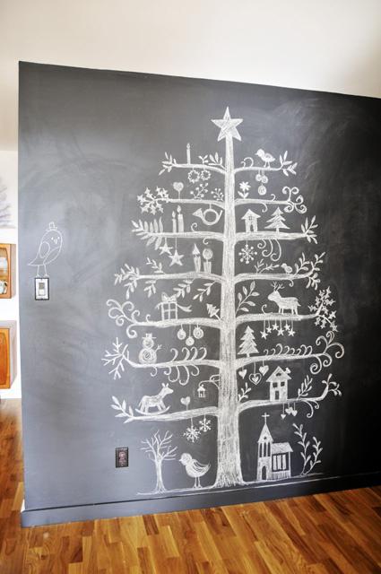 Kriedou maľovaný vianočný stromček