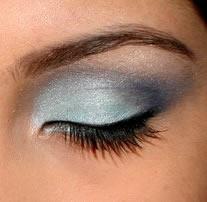 Detail očného viečka nalíčeného modrým odtieňom