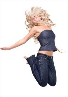 Skákajúca žena v džínsoch