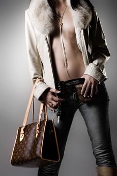 Žena oblečená v džínsoch a kabáte