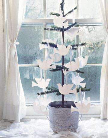 Stromček v kvetináči ozdobený bielymi holubicami