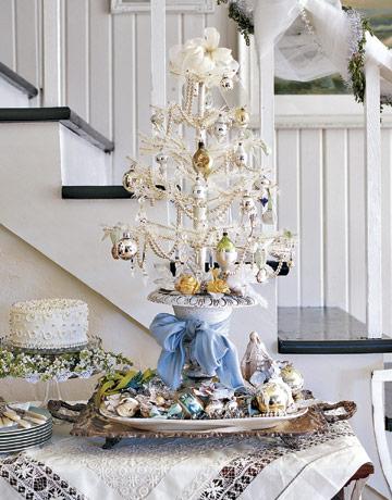 Biely vianočný stromček so zlatými ozdobami