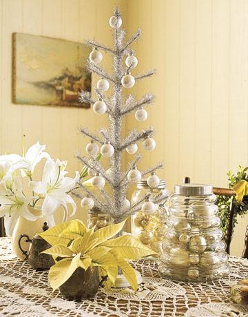 Biely vianočný stromček s bielo zlatými ozdobami
