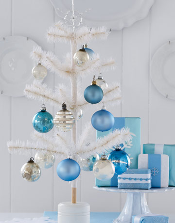 Biely vianočný stromček s modrými ozdobami