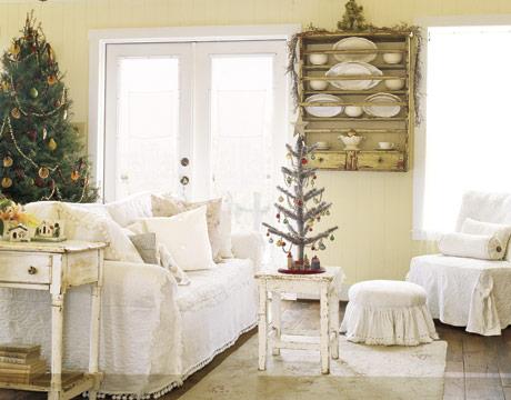Malý vianočný stromček na stolíku