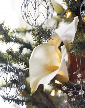 Vianočný stromček ozdobený kvetmi