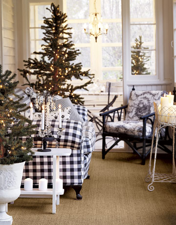 Vianočný stromček ozdobený len svetielkami
