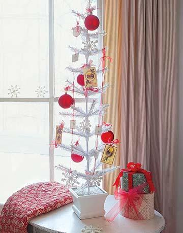 Biely vianočný stromček s červenými ozdobami