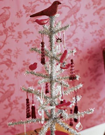 Vianočný stromček s červeným ozdobami