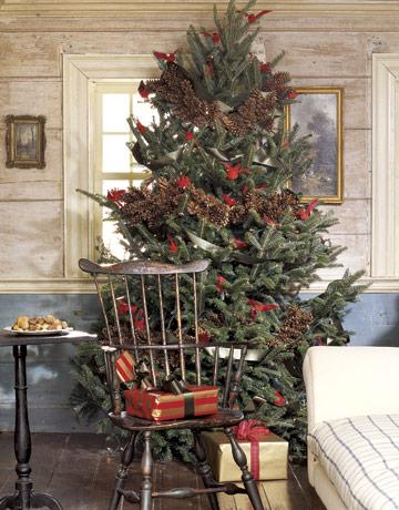 Vianočný stromček s reťazou zo šišiek