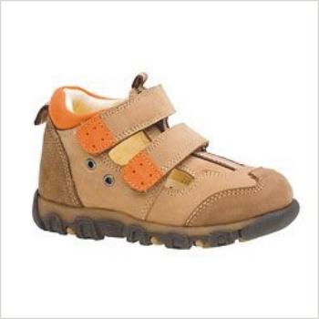 7ec504b4e680 Chlapčenské topánky sú v prírodných tónoch ako je krémová