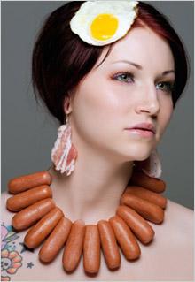 Žena s náhrdelníkom z párkov a náušnicami zo slaniny