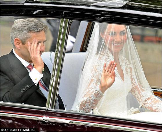 Kate Middleton v aute so svojím otcom pred obradom
