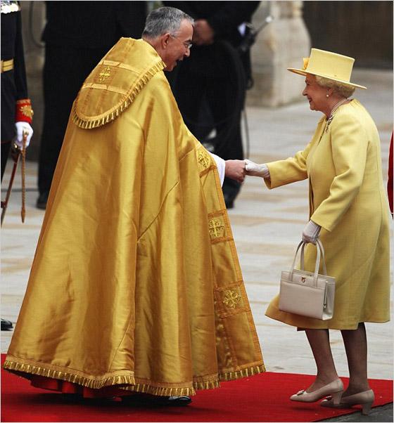 Kráľovná Alžbeta II ostro žltom kostýme
