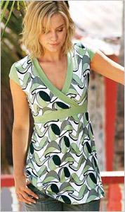Žena v zelenom vzorovanom tričku