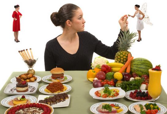 Žena rozhodujúca sa medzi zdravými a nezdravými potravinami
