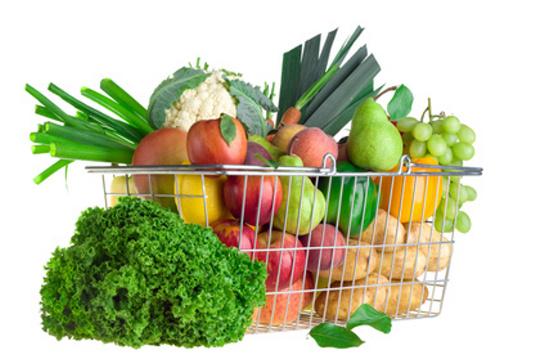 Nákupný košík plný ovocia a zeleniny