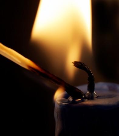 Horiaca zápalka a sviečka