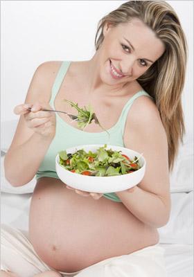 Tehotná žena jediaca šalát