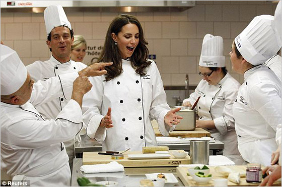 Mladý kráľovský manželský pár v kuchárskom