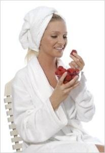 Žena v župane jediaca jahody