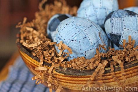 Veľkonočné vajíčka ozdobené starou džínovinu