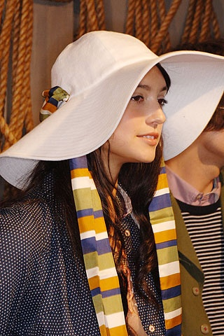 Žena v bielom klobúku