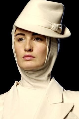 Modelka v bielom klobúčiku