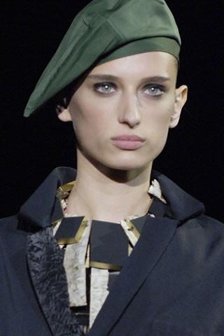 Modelka v zelenej baretke