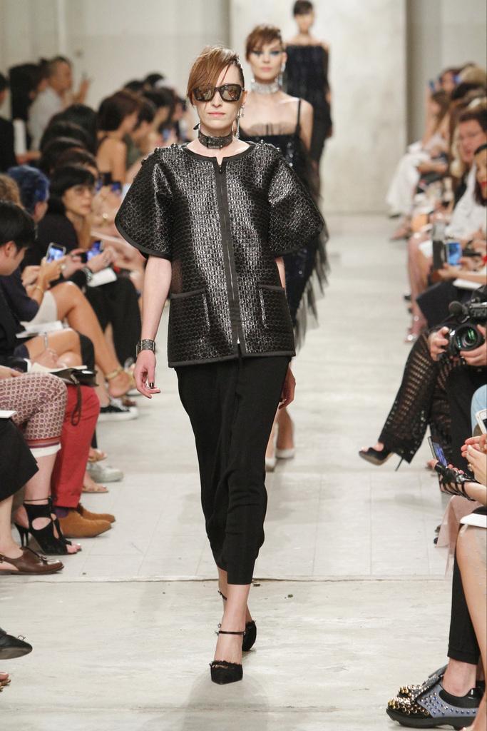 014bfccbd8 módnej džungle Karl Lagerfeld svoje modely ešte nikdy nepredviedol. V  predchádzajúcich rokoch značka Chanel svoju Resort kolekciu prezentovala na  miestach ...