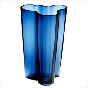 Modrá sklenená váza nepravidelného tvaru