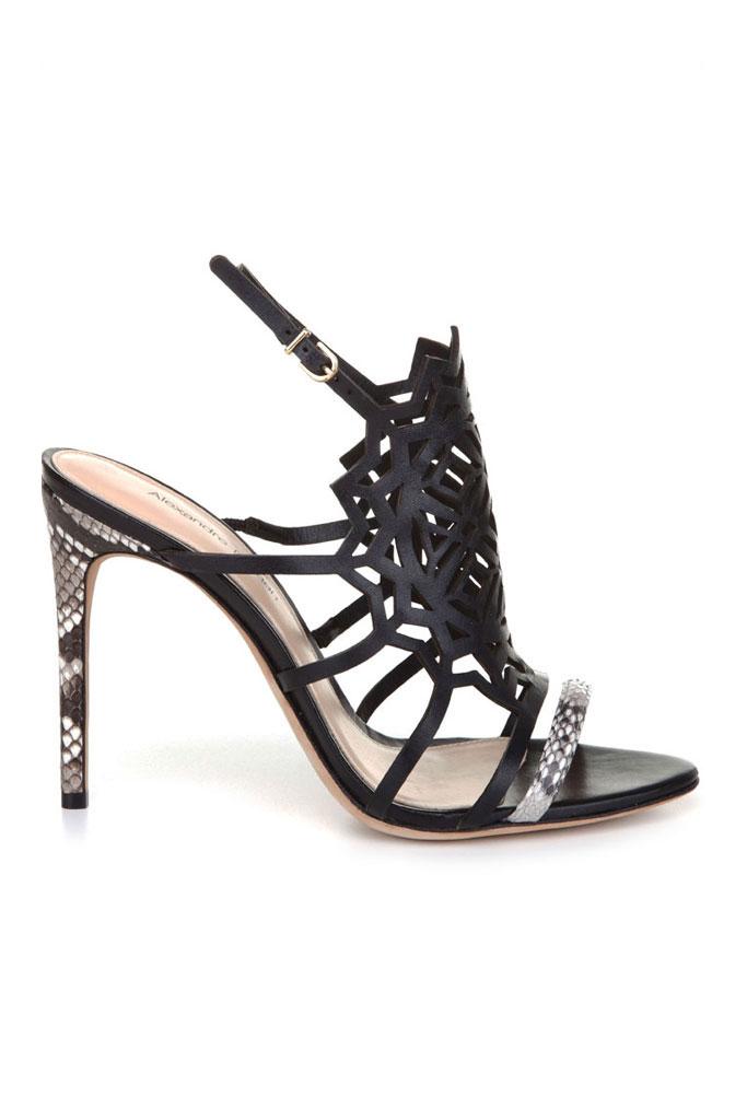 Čierne sandále s jemnými remienkami na vysokom podpätku