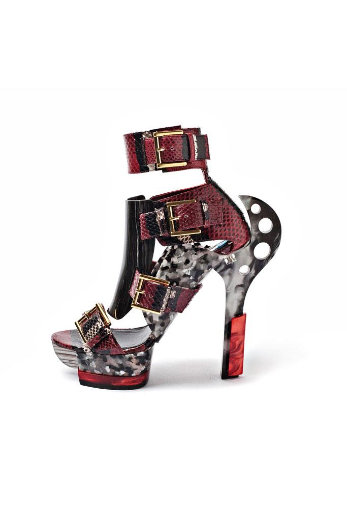 Sandále s výrazným rockarským podpätkom