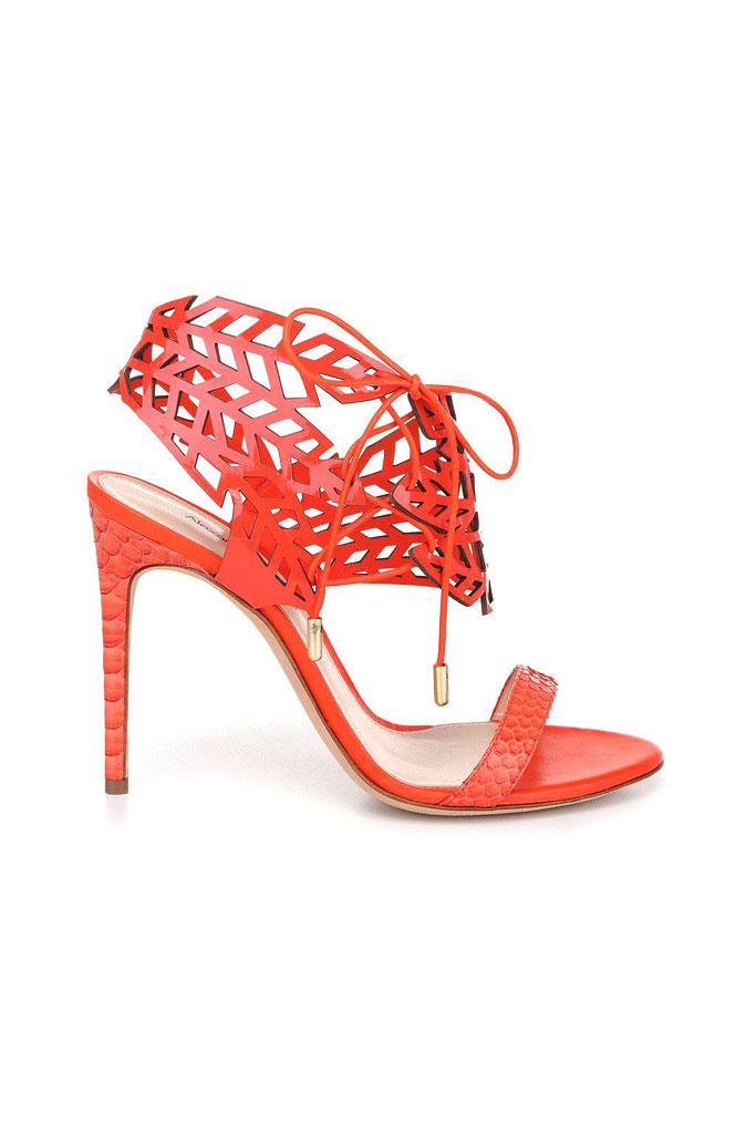 Červené sandále na vysokom s výrazným zaväzovaním okolo členka