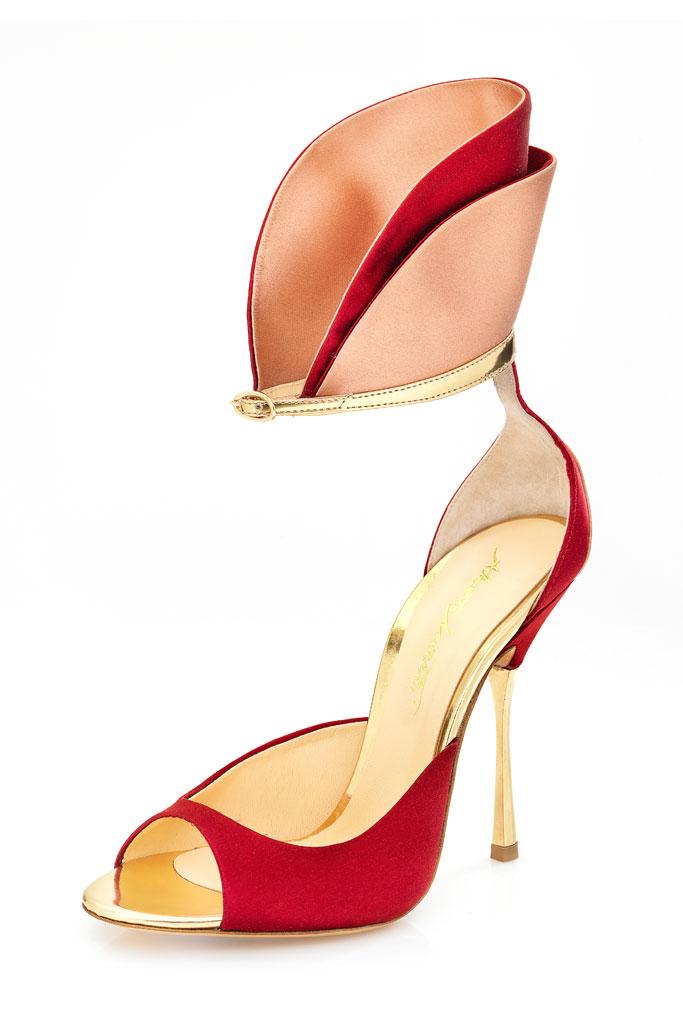 Červené sandále s otvorenou špičkou na zlatom podpätku