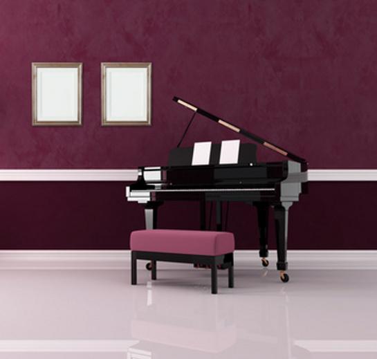 Fialová miestnosť s klavírom