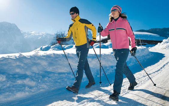 MPár cvičí Nordic walking vonku v zime