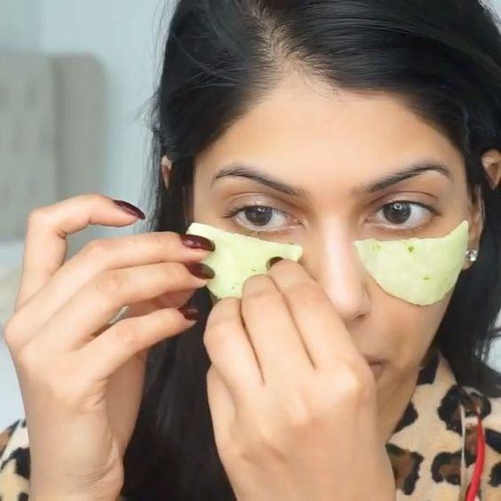 tmavovláska si prikladá domácu zmes z uhorky na očné okolie