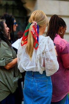 Farebná šatka vo vlasoch