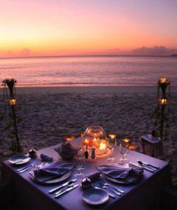 Plážová romantická večera pre dvoch so sviečkami
