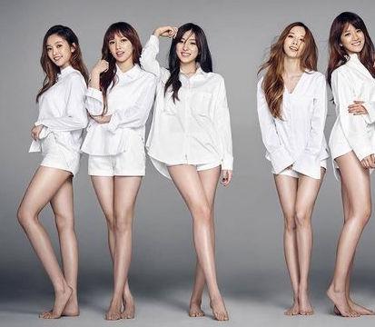Skupina usmiatych žien v bielych košeliach