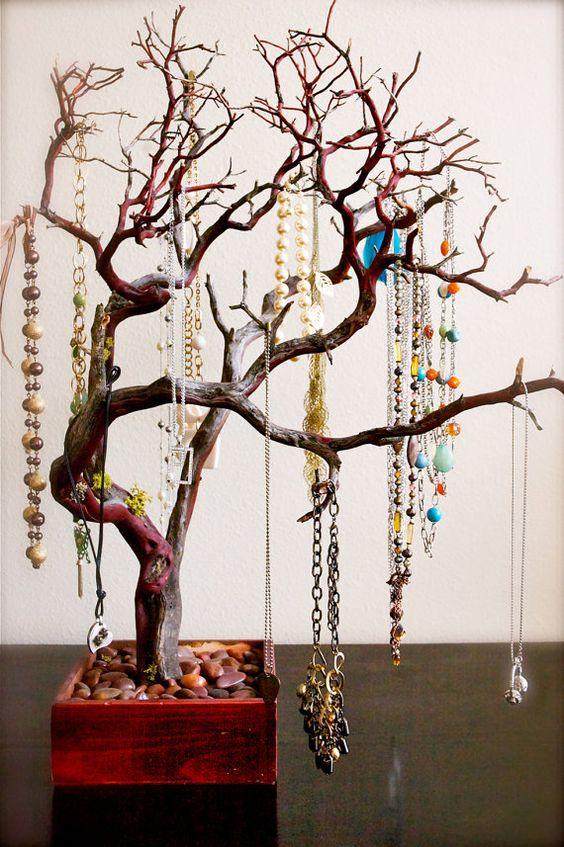ukážka prírodnej dekorácie stojana na bižutériu v tvare stromu