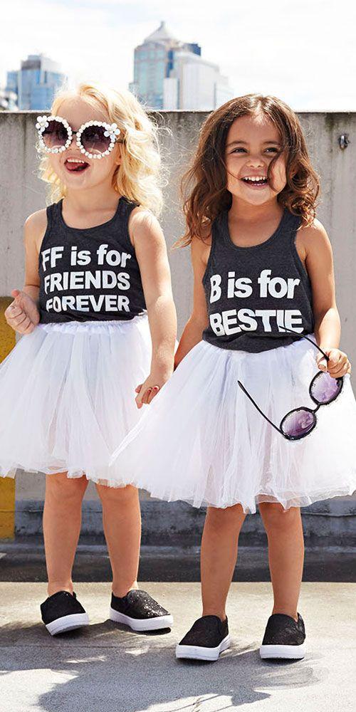 Dve kamarátky oblečené v štýlových tutu sukniach
