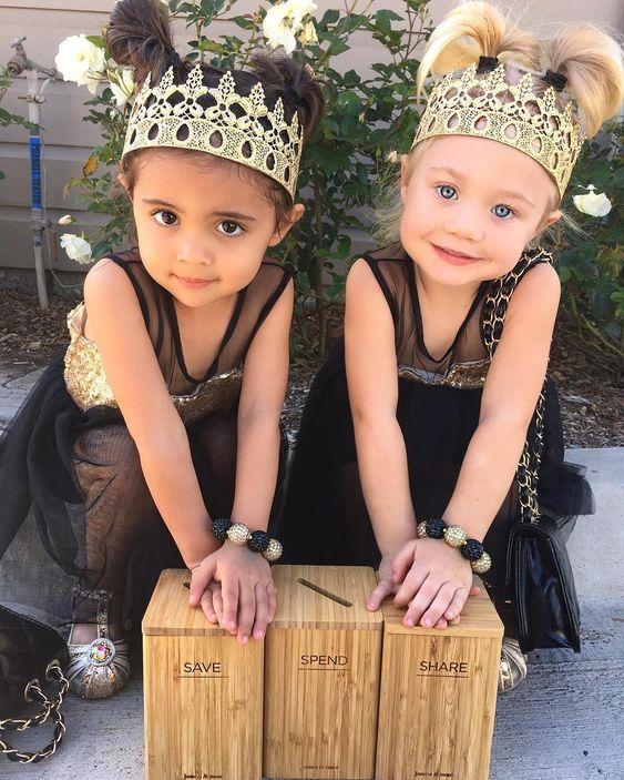 dve malé kamarátky v rovnakých čiernych šatách s korunkami na hlave