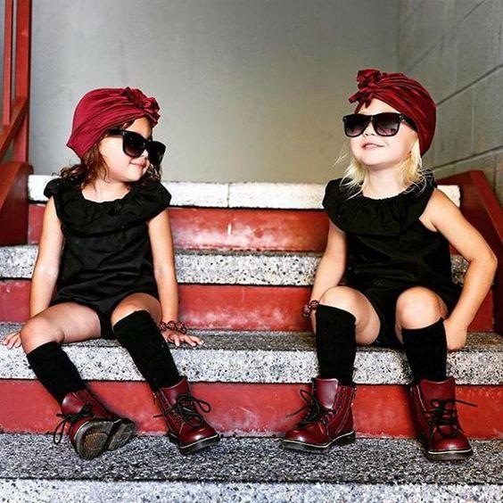 Dve štýlové dievčatká v tmavočervenom turbane