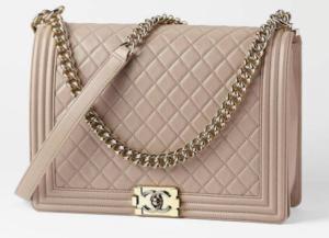 Nadčasová kabelka Chanel v pudrovo ružovej farbe.